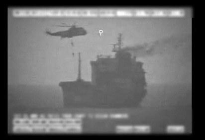 A imagem mostra as forças iranianas embarcando em um navio-tanque em águas internacionais no Golfo de Omã. Usando um helicóptero e dois navios ocuparam o navio por várias horas. -  (foto:  Comando Central dos EUA (CENTCOM) / AFP)