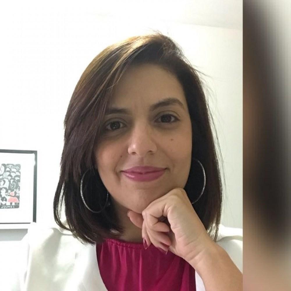 Carolina Campos, fundadora da consultoria Vozes da Educação, ressalta a importância de enriquecer o debate com exemplos externos