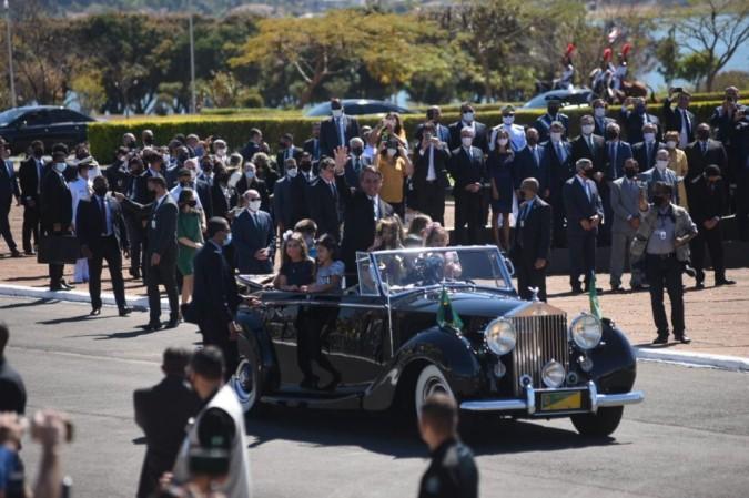 O presidente Jair Bolsonaro chegou em um automóvel conversível Rolls-Royce para a cerimônia do Dia da Independência no Palácio da Alvorada, na manhã desta segunda-feira -  (foto: ED ALVES/CB/D.A.Press)