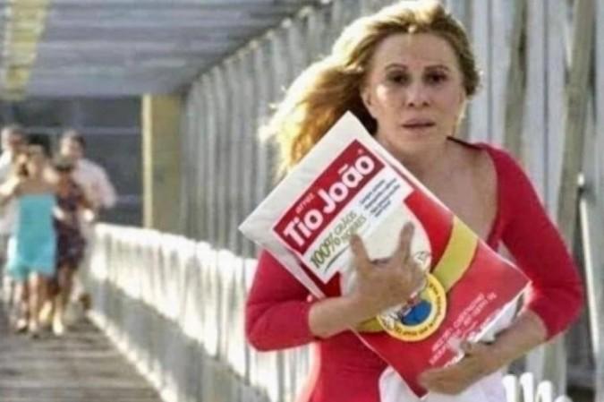 Nazaré, personagem de Senhora do Destino interpretada por Renata Sorrah, foge com saco de arroz