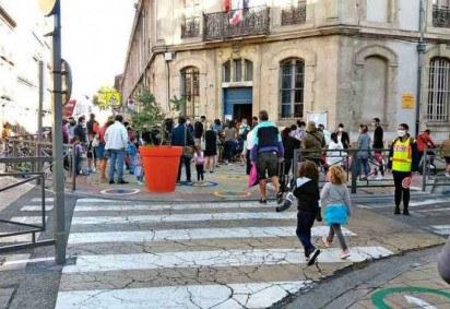 Na França, retomada ocorreu com delimitação de espaços, depois flexibilizada. Mas o que os pais mais temiam já ocorre: 28 escolas e 262 classes tiveram de ser fechadas novamente -  (crédito: Junia Oliveira/Esp. EM/DA Press)