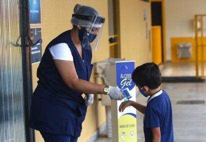 professora medindo temperatura de aluno -  (crédito: Ana Rayssa/CB/DA Press)