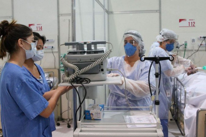 Doctors train at the field hospital for the treatment of covid-19 in the Ibirapuera Sports Complex.