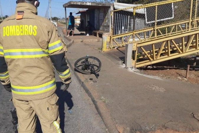 Acidente envolvendo dois carros e uma bicicleta deixou duas pessoas mortas e duas em estado grave
