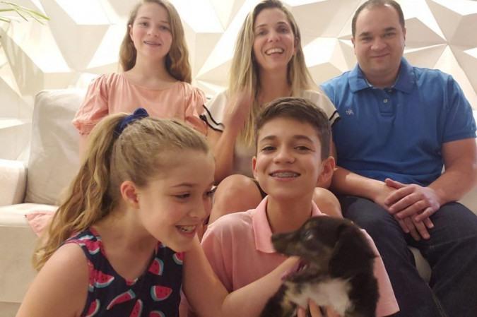 Com a chegada de Lili, Josué, Valentina e Sarah largaram as telas e passaram a brincar mais juntos: para os pais, Fernanda e Carlos Augusto, a família está ainda mais unida