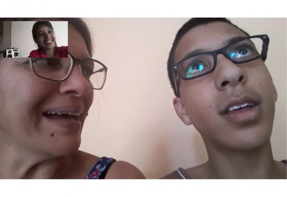 Lídia Sena, que é mãe de um dos alunos com transtorno do espectro autista, considera muito bom o método aplicado por Maria Cristina. Na foto, Lídia e o filho Daniel