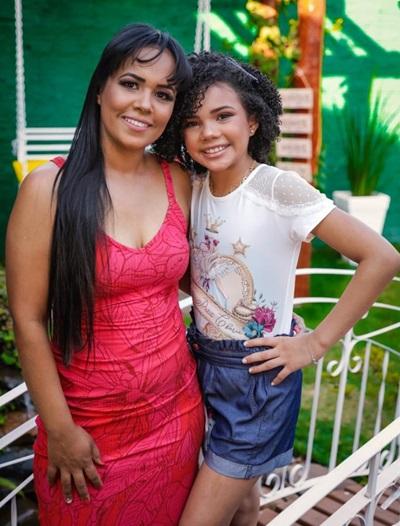 Graciele Rodrigues e a filha Emanuelle Rodrigues, que é aluna de Lourdes Cosmo, elogiam o projeto da professora