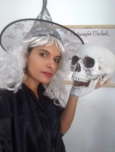 Até de peruca, chapéu de bruxa e réplica de uma caveira na mão enquanto ensina verbo transitivo, Thailise Maressa faz de tudo para chamar a atenção dos alunos nas aulas