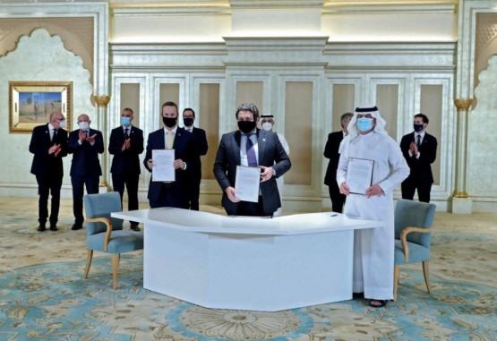 Uma imagem fornecida pela United Arab Emirates News Agency (WAM) mostra os delegados dos Emirados e de Israel assinando um acordo na primeira Cúpula de Negócios Abraham Accords em Abu Dhabi em 19 de outubro de 2020 na presença do Secretário do Tesouro dos EUA, Steven Mnuchin (back-C) . Israel e os Emirados Árabes Unidos assinaram um acordo mediado pelos EUA para normalizar os laços na Casa Branca em 15 de setembro, marcando o primeiro acordo desse tipo com uma nação do Golfo.