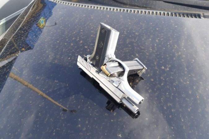 A Polícia Rodoviária Federal (PRF) recebeu denúncia de que homens em dois carros realizavam roubos em rodovias do DF