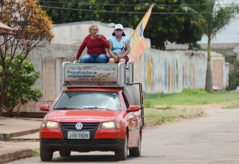 Propaganda eleitoral ocorre com bandeiras e carros de som