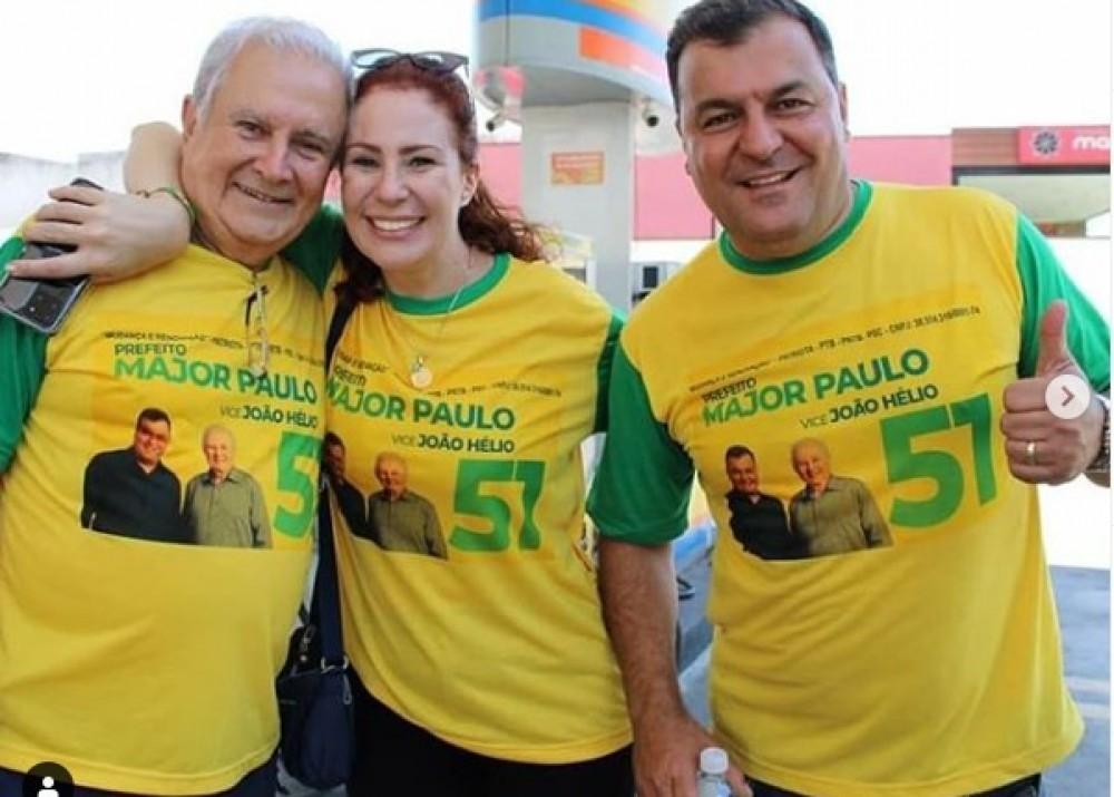 Deputada Federal Carla Zambelli posa ao lado do pai, João Hélio Salgado (Patriota), e o Major Paulo (Patriota), chapa que concorreu à prefeitura de Mairiporã (SP) - (crédito: Reprodução/Instagram)