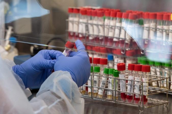 DF registra 3.915 mortes e 227.581 infectados pela covid-19 nas últimas 24 horas. - (crédito: AFP / PATRICK HERTZOG)