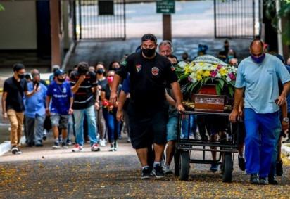 Enterro de João Alberto: negar o racismo é um segundo ataque às famílias que ficam órfãs de crianças, adolescentes, jovens, pais de família -  (crédito: Silvio Avila/AFP)