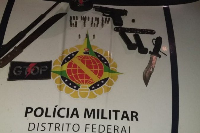 Com os suspeitos foram encontrados um pistola com 19 munições, uma faca, um facão e um bastão retrátil - (crédito: Divulgação PMDF)