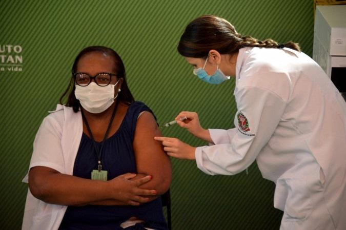 Após aprovação da Anvisa, primeira pessoa é vacinada no Brasil