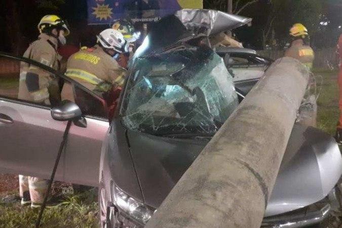 Carro colide com um poste e deixa duas pessoas mortas em Taguatinga -  (crédito: divulgação/ CBMDF)