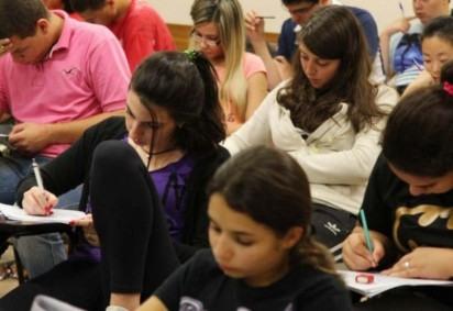 Diferente de anos anteriores, alunos fizeram provas em mais salas, respeitando distanciamento, e precisaram ficar de máscara  -  (crédito: Marcos Santos/ USP imagens)