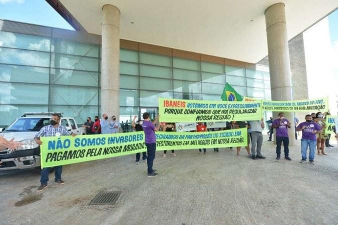 Manifestantes protestaram pelo fim do lockdown em frente à CLDF - (crédito: Ed Alves/CB/DA Press)
