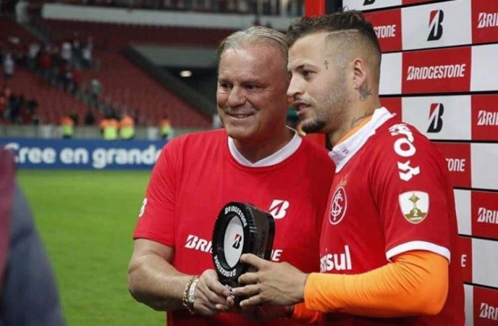 Elusmar Maggi Scheffer entrega troféu para Nico López