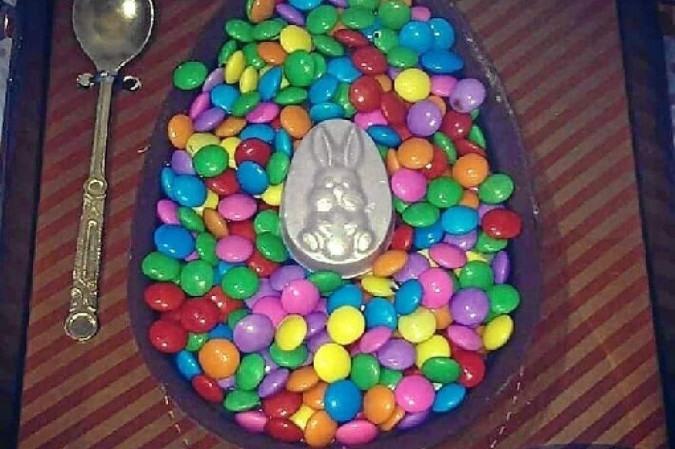 Opções para clientes incluem ovos de colher, acompanhados de confeitos, marshmallow e outras guloseimas