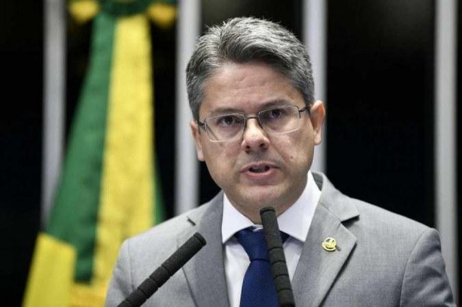 Senador Alessandro Vieira é internado com covid-19 em São Paulo