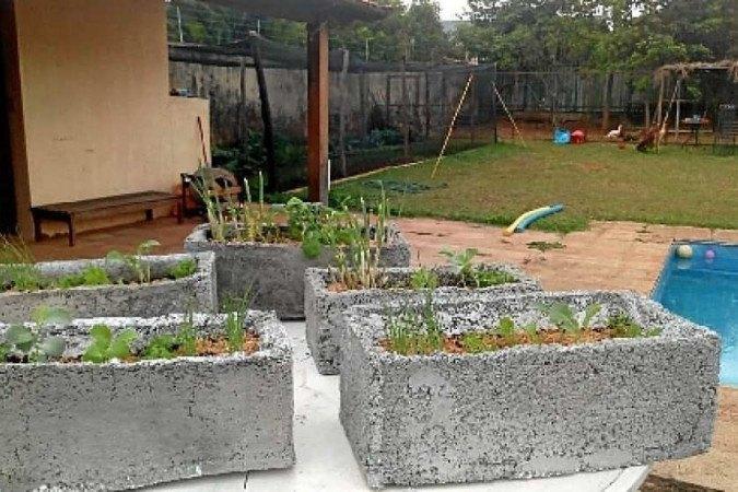 A Coma Seu Jardim desenvolveu uma massa de cimento com isopor descartado para fazer vasos e canteiros. Assim, as pessoas podem plantar dentro de casa