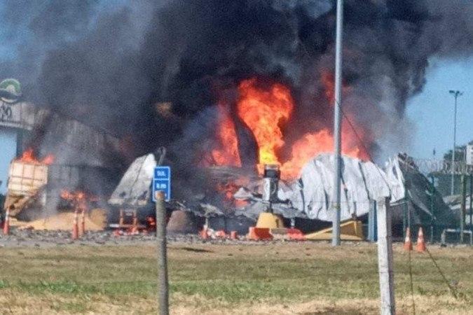 A batida envolveu quatro veículos em uma praça de pedágio causou destroços e incêndio