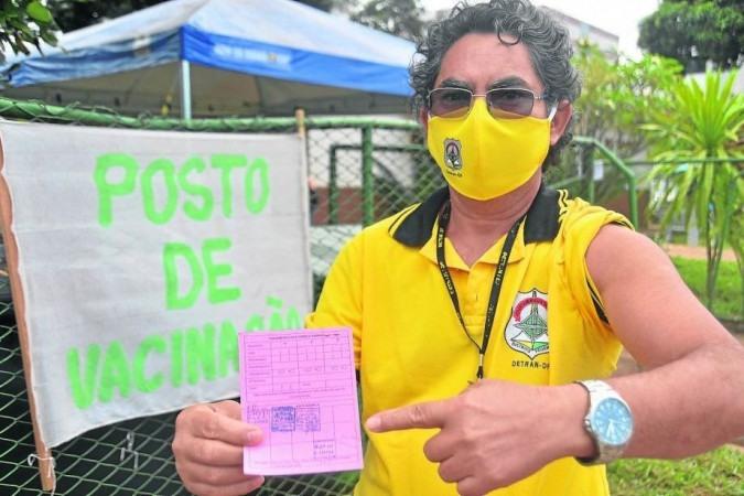 O agente de trânsito Francisco Lemos conseguiu se vacinar em 10 minutos, no Guará -  (crédito:           Ed Alves/CB/D.A Press                          )
