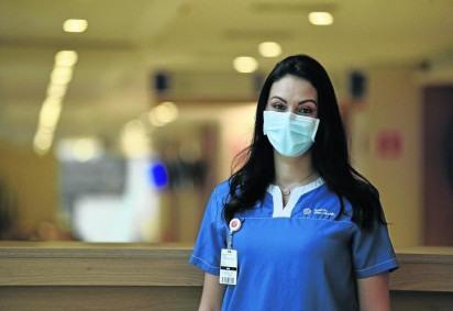 Ana Paula trabalha em um hospital e pegou o vírus; vacinada com duas doses, ela teve quadro moderado -  (crédito: Minervino Júnior/CB/D.A Press)
