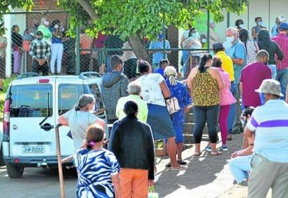 Idosos aguardaram em longas filas, em Samambaia Norte (foto) e em Planaltina, para receber a segunda dose; Secretaria de Saúde considera normal alta demanda para o período -  (crédito: Ed Alves/CB/D.A Press)