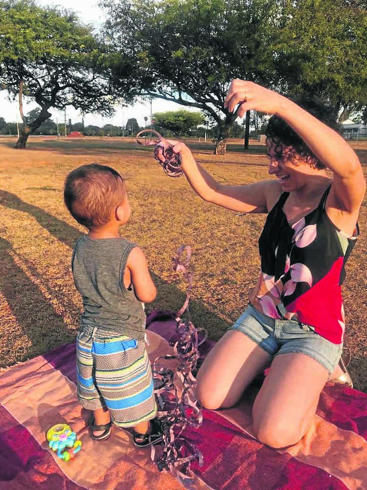 Clara, 42 anos, e o filho Antônio, 2. Pelo menos uma vez na semana os dois vão a algum parque para brincar