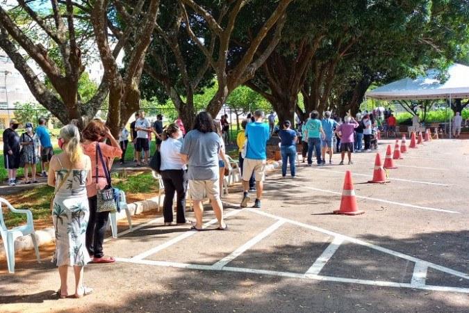 Fila longa na UBS 2 da Asa Norte, mais de 80 pessoas esperavam por volta das 14 horas pela vacinação - (crédito: Edis Henrique Peres/CB/D.A Press)