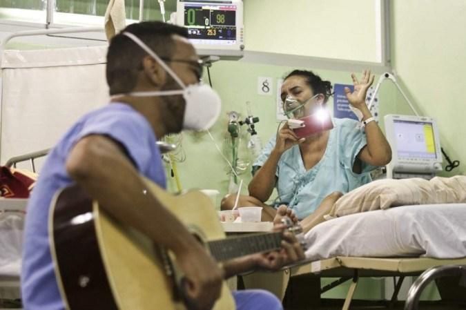 Covid-19: HRL usa música e cartas para levar afeto a pacientes internados