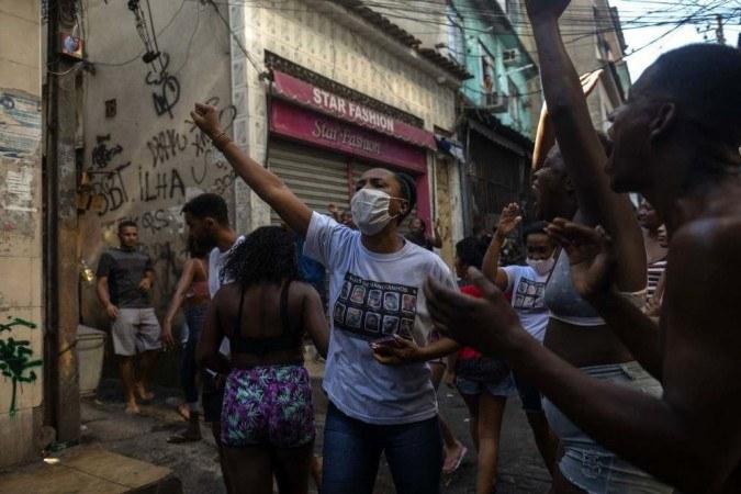 Jacarezinho tem manhã sem tiroteios; grupo faz protesto contra mortes