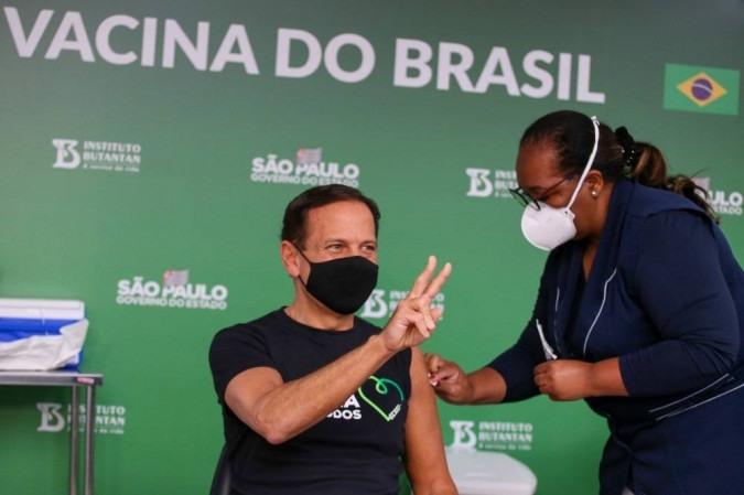 Doria é vacinado por Mônica Calazans, 1ª vacinada contra covid no país