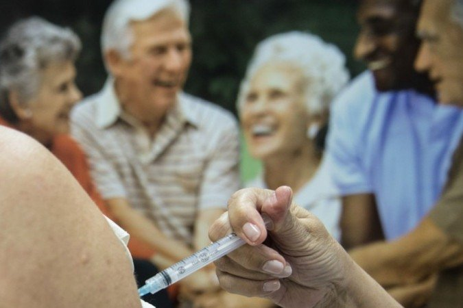 Só um em cada 100 mil idosos teve reação a vacinas de 2015 a 2017, aponta estudo