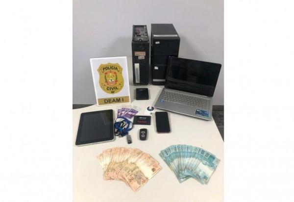 Durante a operação, a polícia apreendeu celulares, notebook e dinheiro