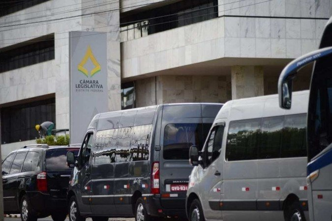 Motoristas de cerca de 15 veículos fizeram manifestação em frente à CLDF - (crédito: Marcelo Ferreira/CB)