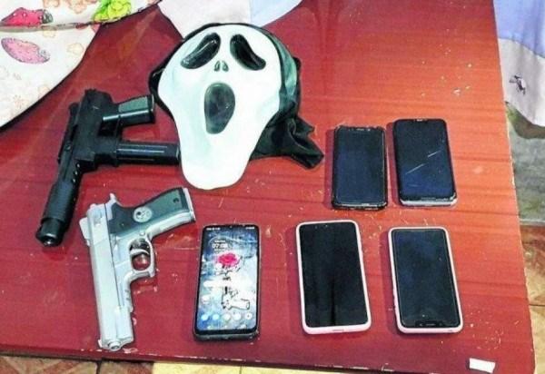 Agentes apreenderam celulares, simulacros de armas e máscaras na casa da jovem