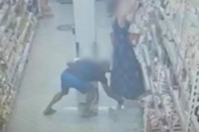 Imagens do circuito interno de segurança de um supermercado em Vicente Pires mostram a ação do homem filmando por debaixo do vestido de uma mulher - (crédito: Reprodução )