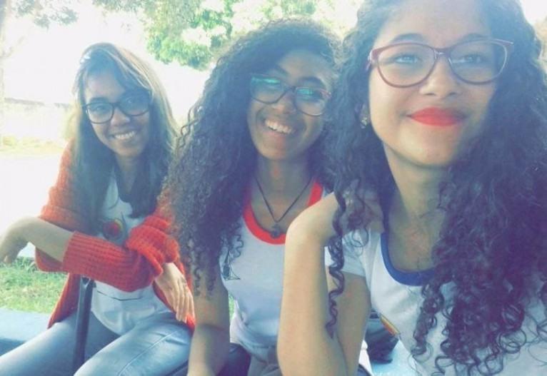 """As integrantes do projeto Marília, Kéttrin e Lívia em 2017, período em que estudavam no """"Centrão e estudavam por conta própria para o PAS"""