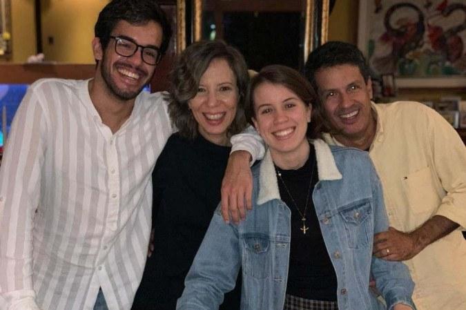 Rhanna Lima (de jaqueta) com os pais e o irmão: início difícil, mas, hoje, total apoio da família