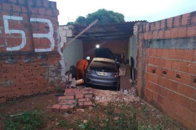 Carro descontrolado invade casa e atropela mulher em Arniqueiras
