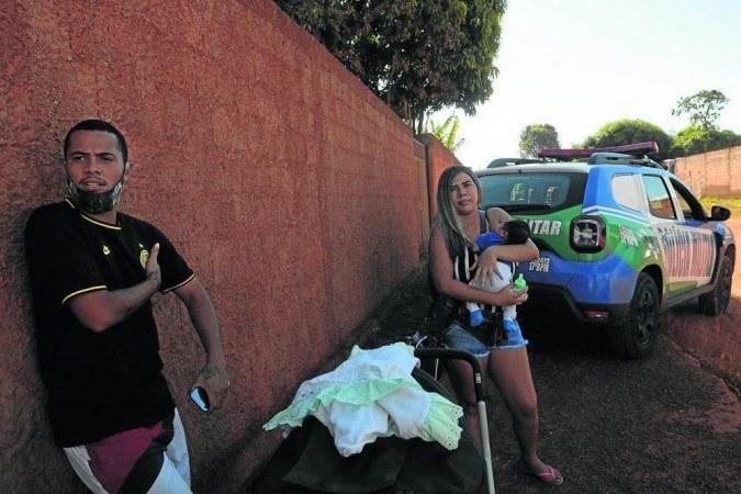No povoado de Girassol, em Cocalzinho (GO), perfil violento de Lázaro surpreendeu moradores; Jhonny Mares (E) relatou que o acusado tinha musculação e caça como hobbies -  (crédito: Wanderlei Pozzembom/CB/D.A Press)