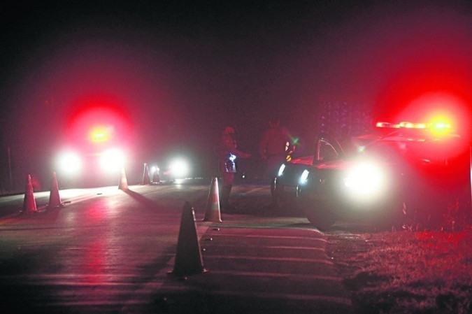 À noite, as equipes se dividem em grupos para vasculhar matas e continuam o trabalha de bloqueio de vias