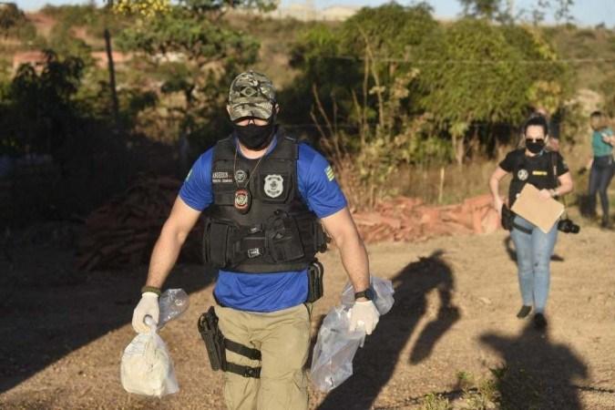 Polícia de Goiás recolhe tecido e serrote em mata de Águas Lindas (GO). Ainda não se sabe se objetos encontrados têm ligação com Lázaro Barbosa