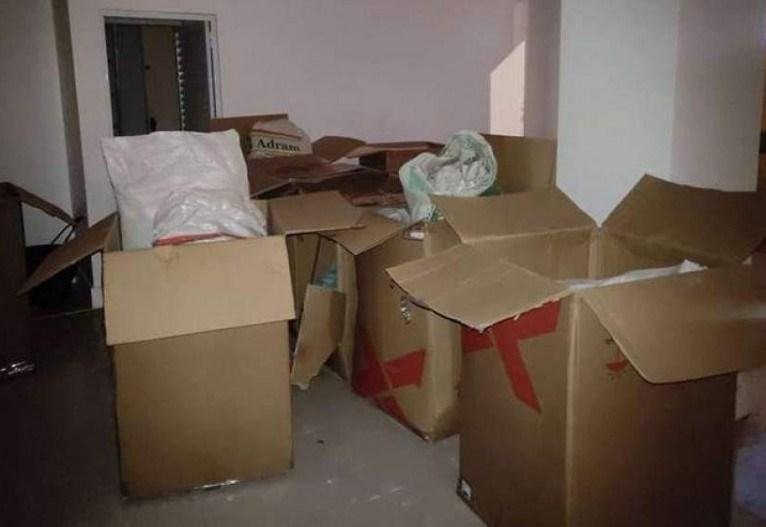 Terra era colocada em caixas de papelão e sacos plásticos