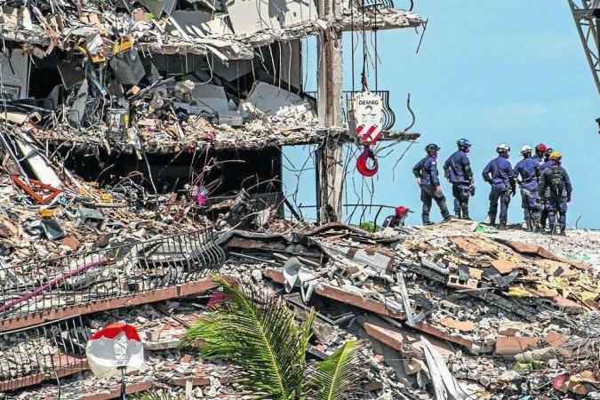 Até a última atualização desta matéria, 11 corpos tinham sido resgatados dos escombros. Os bombeiros realizavam buscas por 150 moradores, incluindo um menino brasileiro de cinco anos - (crédito: Giorgio Viera/AFP)