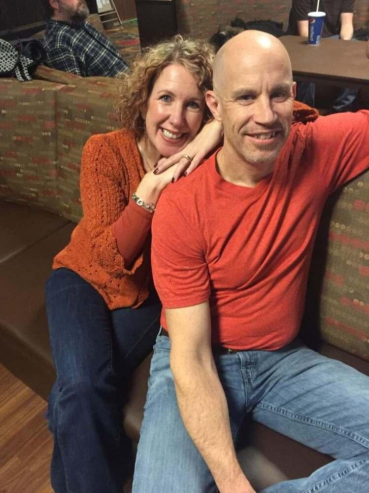 O casal se conhece há 20 anos e são casados há 12. Eles superaram a distância durante o namoro e estão superando o Alzheimer